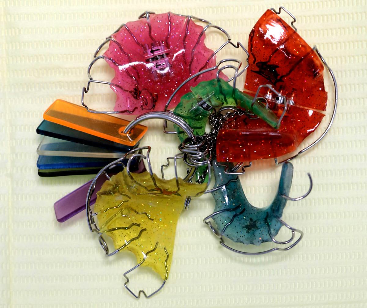 В детском возрасте применяют пластмассовые пластинки